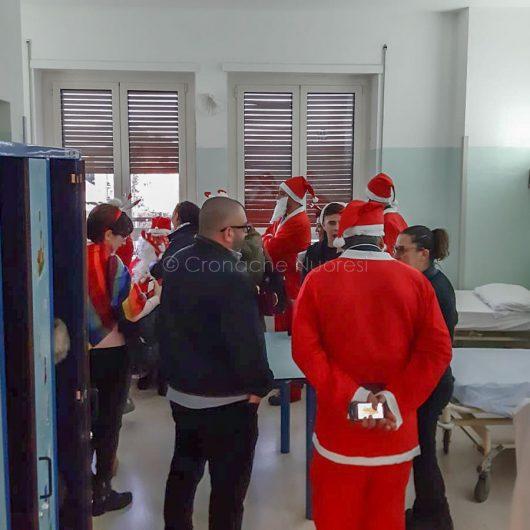 Nuoro. Visita dei Babbo Natale in Pediatria