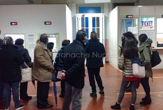 Coda allo sportello ticket dello Zonchello (foto Cronache Nuoresi)