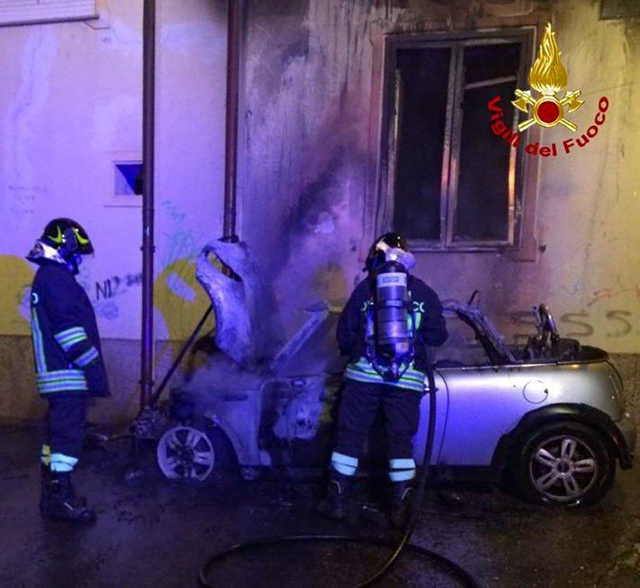Vigili del fuoco al lavoro sul luogo dell'incendio