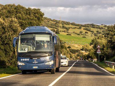 Un autobus ARST sulla Statale 129 (foto S.Novellu)