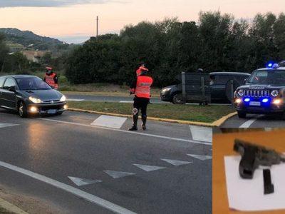 Un posto di blocco dei Carabinieri e le due pistole sequestrate