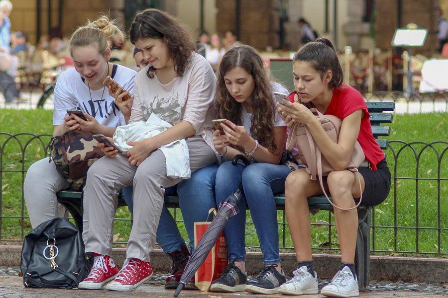 Cellulari in classe? La proposta di legge è di divieto assoluto, anche per gli insegnanti