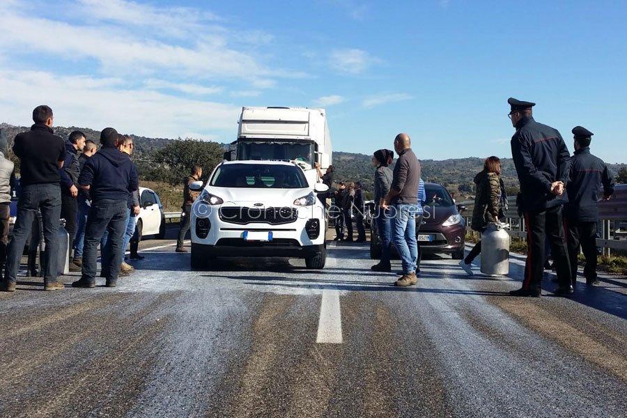 Protesta del latte al bivio per la Statale 129 (foto S.Novellu)