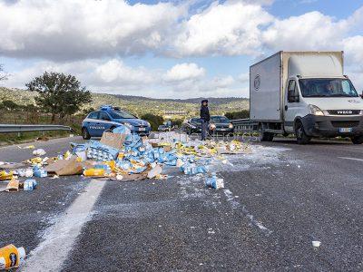 Guerra del latte. Brik di latte confezionato distrutti dai pastori sulla 131 DCN (foto S.Novellu)