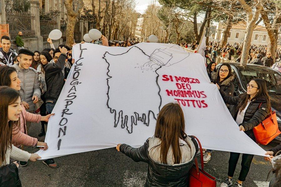 Studenti nuoresi durante la manifestazione di ieri (foto S.Novellu)