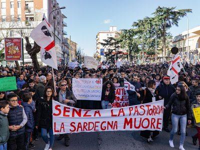 Nuoro, manifestazione di protesta contro il prezzo del latte (© fotNuoro, manifestazione di protesta contro il prezzo del latte (© foto S.Novellu)o S.Novellu)
