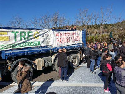 Protesta dei pastori per il prezzo del latte al bivio per Sologo (foto Dessena)