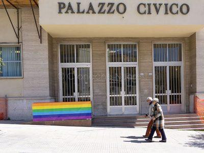 Nuoro. Striscione a favore delle famiglie arcobaleno (foto S.Novellu)