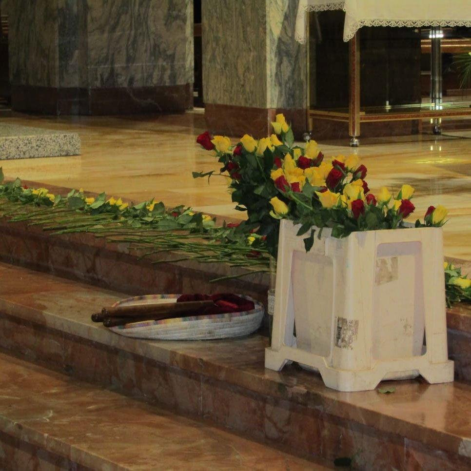 Rose gialle e rosse nell'altare (f. C.Nuoresi)