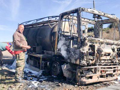 L'autocisterna data alle fiamme nel Saasarese
