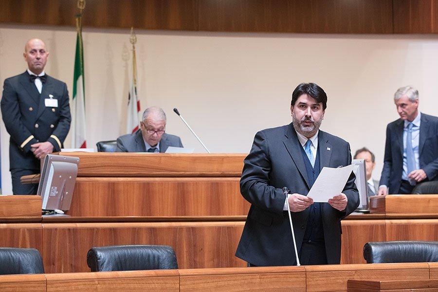 Una seduta del Consiglio Regionale, il presidente Christian Solinas