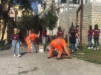 Gli studenti ripuliscono la piazza Su Connottu