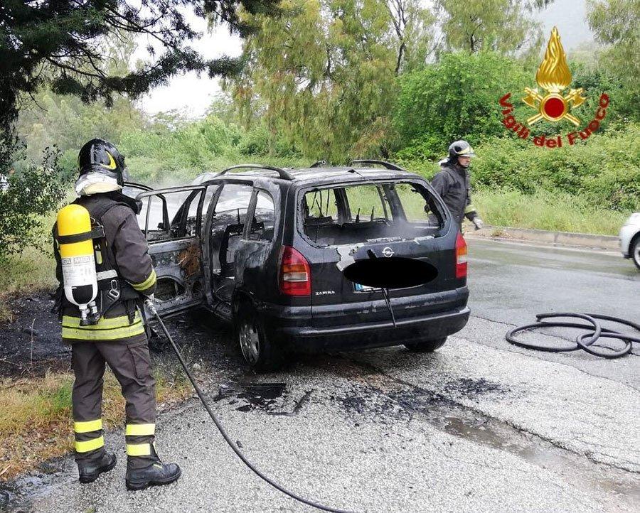 La Opel distrutta dalle fiamme