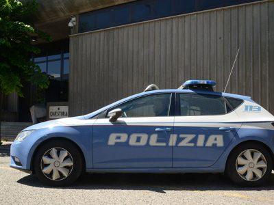 Una volante della Polizia davanti alla Questura di Nuoro