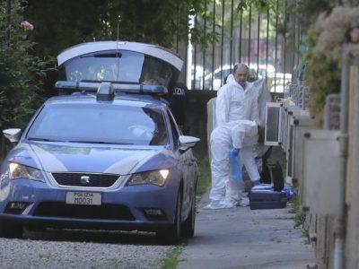 Polizia davanti alla casa dove è stato compiuto l'omicidio