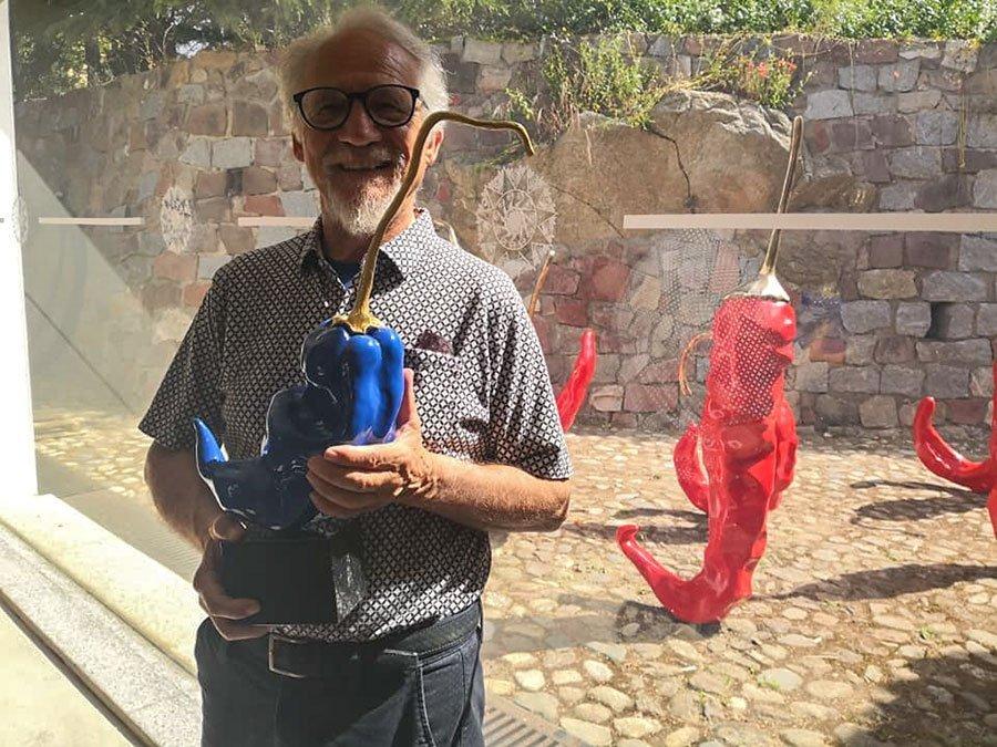 L'artista Giuseppe Carta con una delle sue opere
