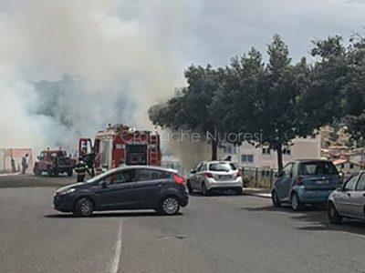Nuoro. L'incendio in viale Costituzione (© foto Cronache Nuoresi)