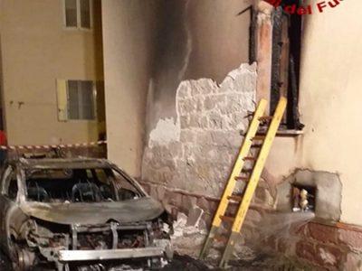 Bosa. L'auto incendiata e i danni all'abitazione
