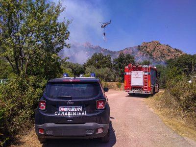 Carabinieri e Vigili del fuoco sul luogo dell'incendio