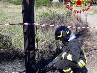 I Vigili del fuoco al lavoro sul cavo elettrico scoperto