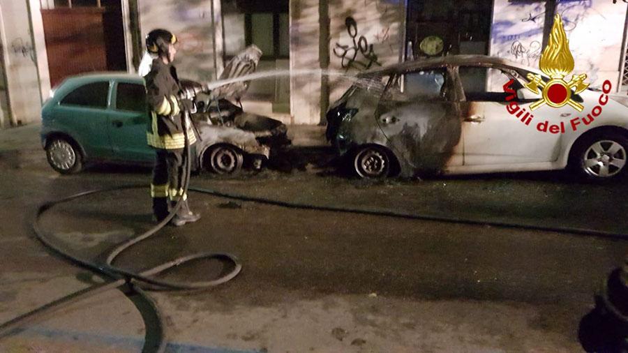 Le due auto andate a fuoco questa notte a Nuoro
