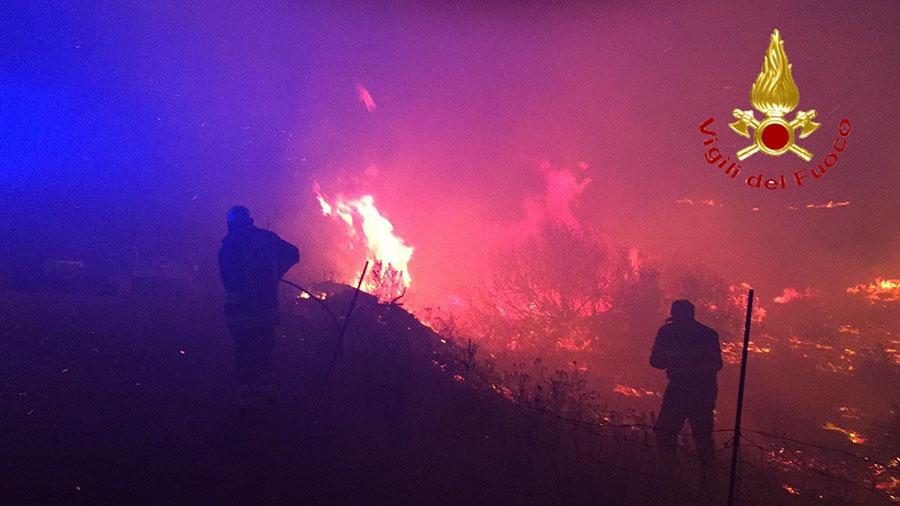 L'incendio alle pendici del Monte Pizzinnu