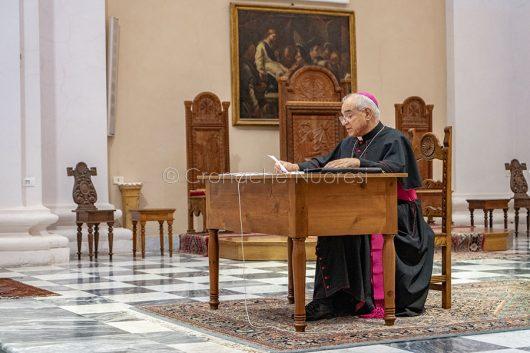 Mons. Marcia dà l'annuncio delle proprie dimissioni (foto S.Novellu)