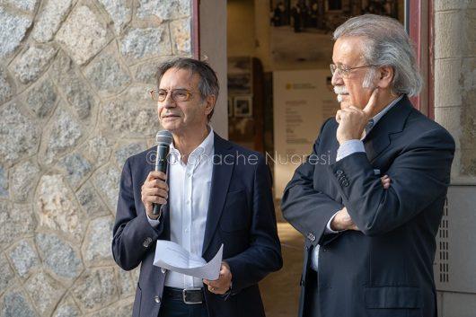 Nuoro, il curatore della mostra su Suschitzky, Paolo Piquereddu, e il presidente dell'ISRE, Giuseppe Pirisi (foto S.Novellu)
