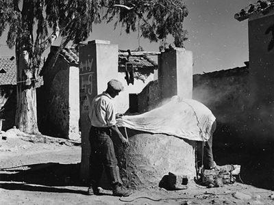 Suschitzky. Immissione-di-fumo in un pozzo per eliminare le zanzare adulte, 1950