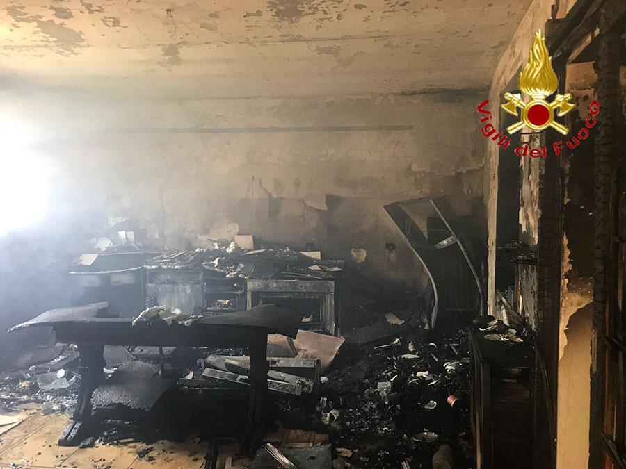 Bosa. L'interno dell'abitazione andata a fuoco