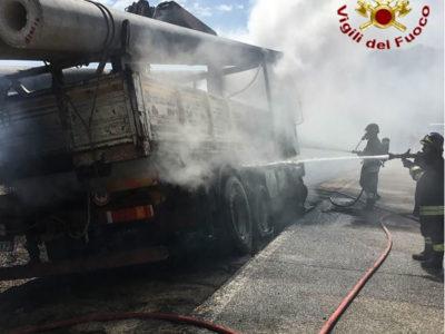 I Vigili del fuoco spengono le fiamme che hanno avvolto il camion