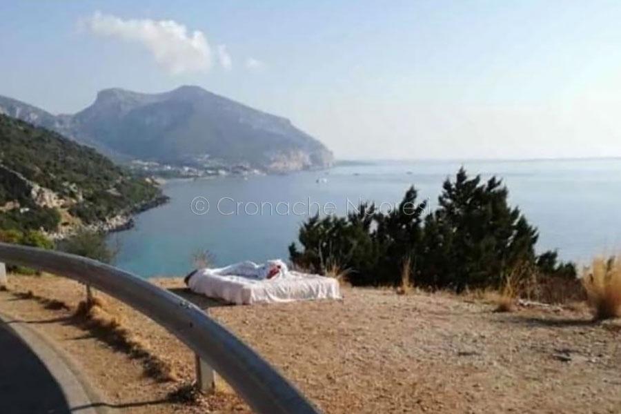 Il letto sul belvedere piazzato dai turisti a Cala Fuili
