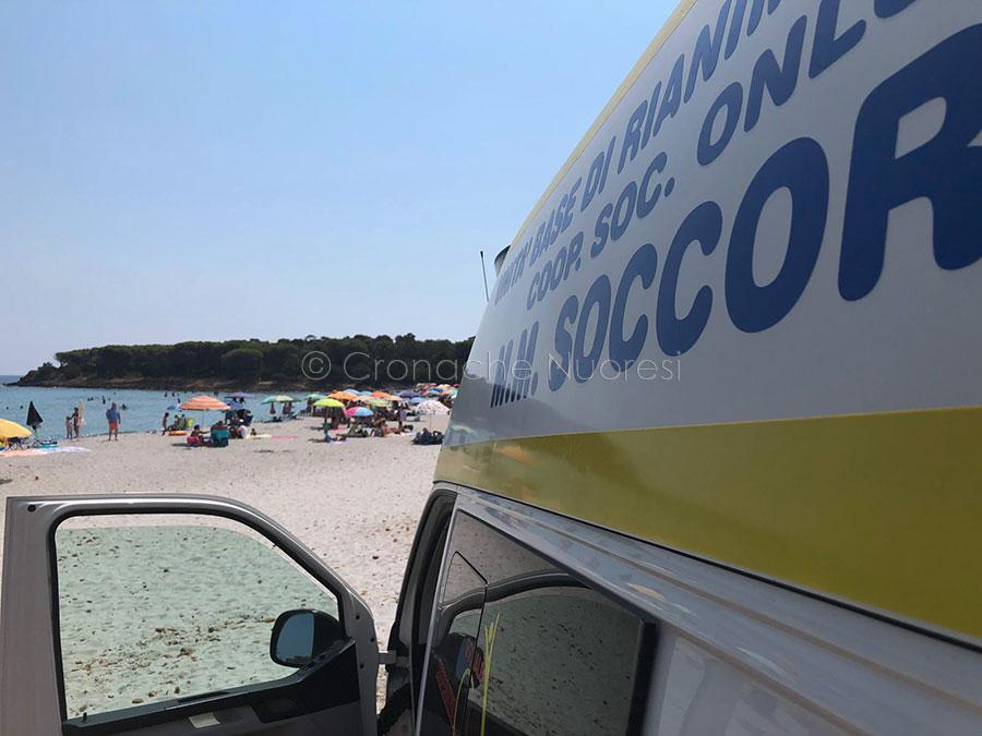 L'ambulanza del 118 nella spiaggia di Fuile a mare