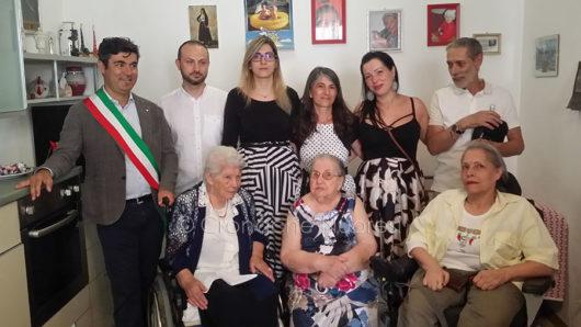 Tzia Maria Teresa con la famiglia, e il sindaco Andrea Soddu (foto S.Novellu)
