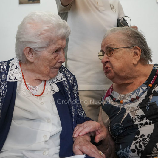 Tzia Maria Teresa con la sorella 91enne (foto S.Novellu)