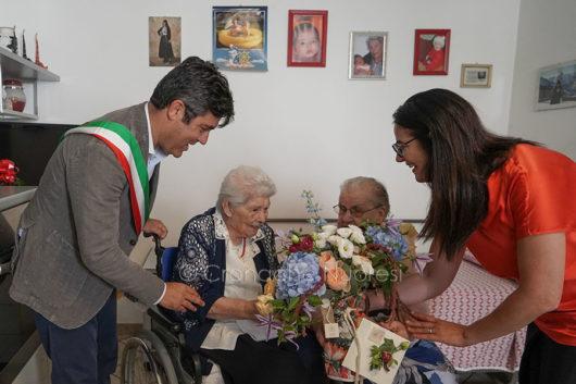 Tzia Maria Teresa con l'assessore Rachele Piras e il sindaco Andrea Soddu (foto S.Novellu).jpg
