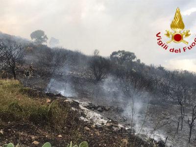 La Caletta. Incendio a Monte Longu