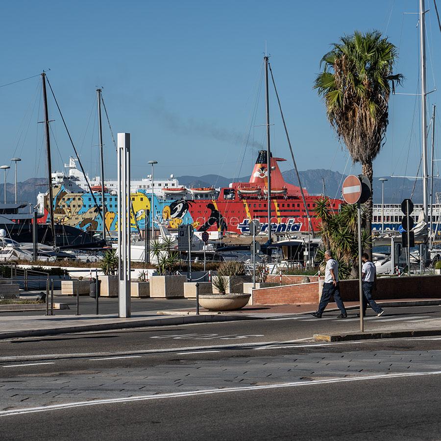 Cagliari, attracco di una nave Tirrenia in porto (foto S.Novellu)