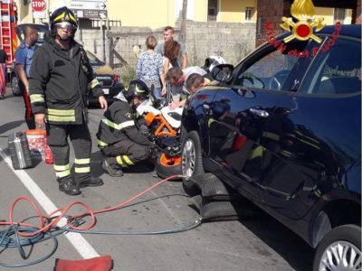 I Vigili del fuoco al lavoro sui due mezzi coinvolti
