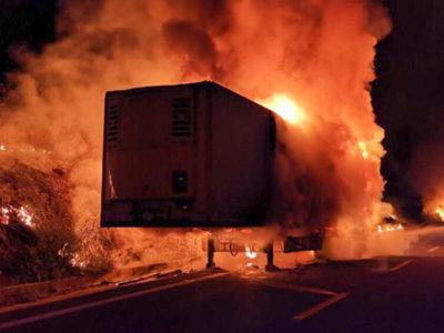 L'autoarticolato andato a fuoco sulla 131DCN