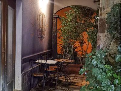La veranda del bar dato alle fiamme a Siniscola
