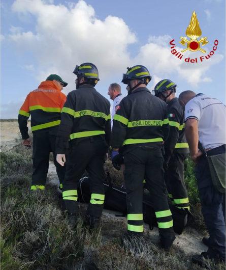 Le operazioni di recupero della vittima a S'Archittu (foto VVFF Oristano)