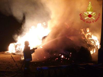 I vigili del fuoco sui luogo dell'incendio