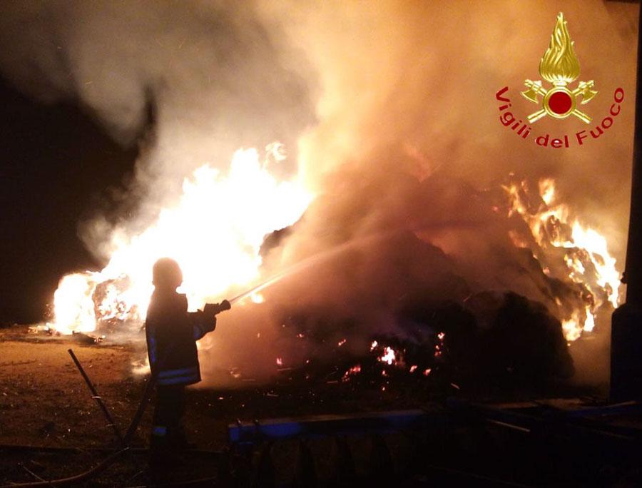 Fonni. Fienile a fuoco nella notte: in cenere 600 rotoballe di fieno