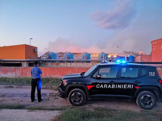 I Carabinieri durante l'incendio all'ecocentro di San Teodoro