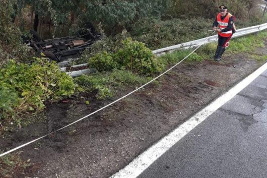 L'auto fuori strada dopo l'incidente