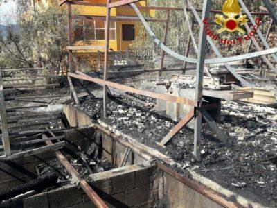 I resti del capannone distrutto dalle fiamme