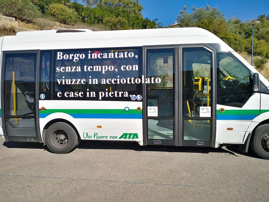 Uno dei bus navetta per Lollove