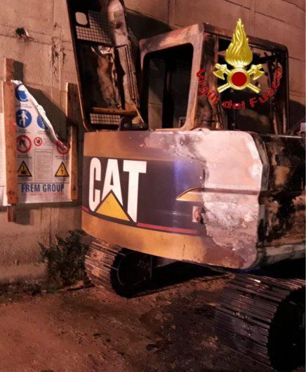 L'escavatore dato alle fiamme