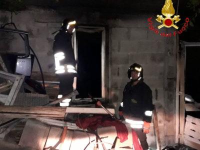 Vigili del Fuoco nel casolare incendiato
